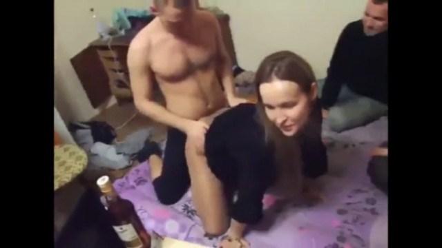 Парочка напилась на вечеринке и устроила откровенные ласки на глазах у друзей
