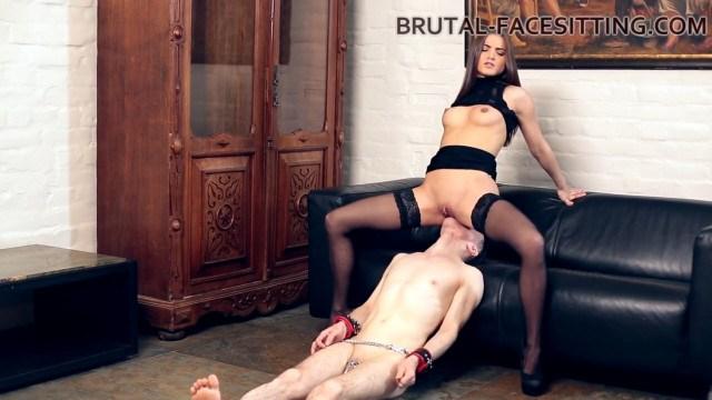 Раб делает куни красивой госпоже, чтобы не получить жестокое наказание