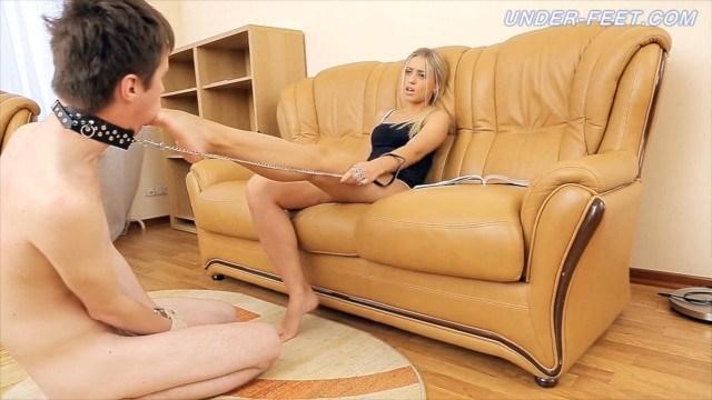 Раб лижет связанный и старательно лижет ножки красивой госпоже