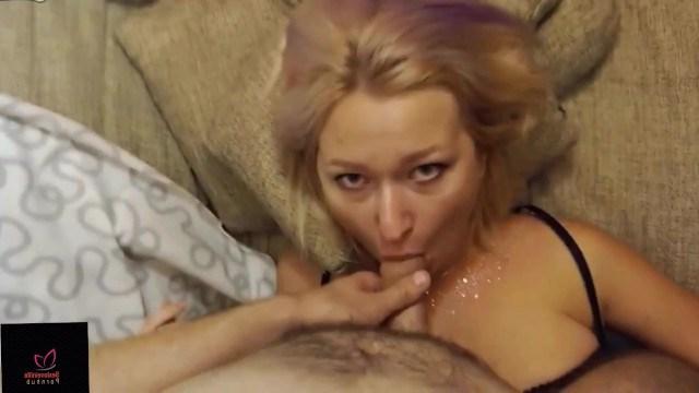 Русская блонда восхитительно делает минет соседу перед веб камерой