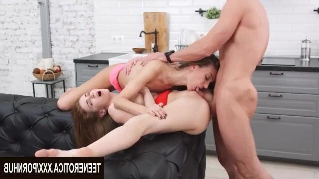 Русский мачо научил милашку получать анальный оргазм во время групповухи