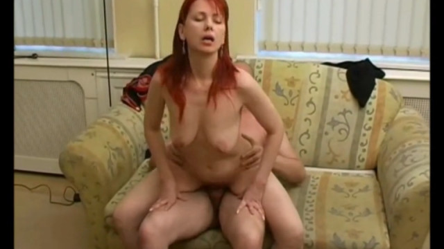 Русский парень очаровал зрелую даму и после ласк выебал ее