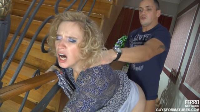 Русский парень шлепнул по попе зрелую даму и нагнул ее для ебли в коридоре