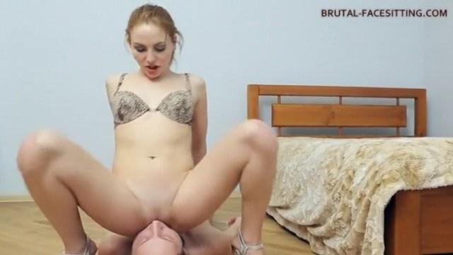 Рыжая госпожа жестоко бьет своего раба и заставляет его лизать пизду