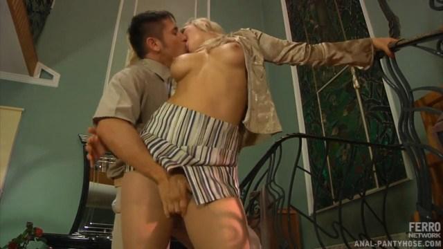 Секретарша выполнила приказ дерзкого начальника и занялась с ним анальным сексом