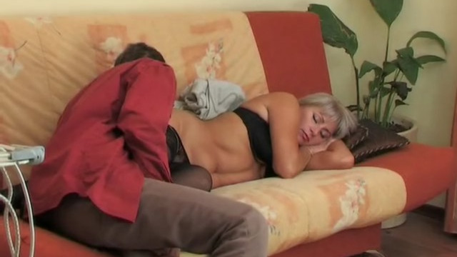 Сын активно дрочил на спящую маму, а потом совершил с ней горячий инцест