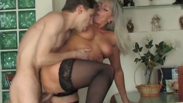 Сын не отпустил свою маму на свидание и сам занялся с ней бурным сексом