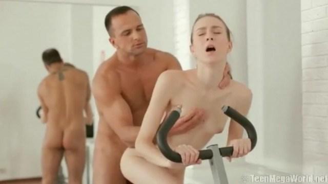 Тренер соблазнил худышку на секс и посчитал нужным кончить ей внутрь киски