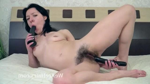 В поисках группового секса молодая телка дрочит волосатую киску двумя игрушками