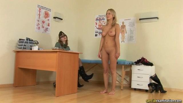 Врач лесбиянка тщательно осматравает телку перед поступлением в военную академию