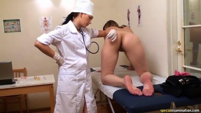 Врачиха лесби обманула юную пациентку, чтобы она полностью разделась на осмотре