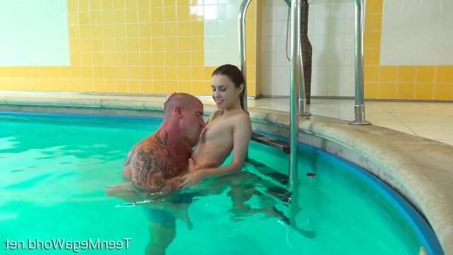 Знакомство с незнакомцем в бассейне обернулось для девушки классным сексом
