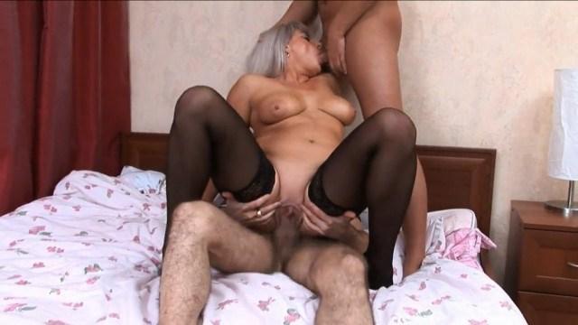 Зрелая блондинка дала двум пацанам во все дырки и они нагло ее отодрали