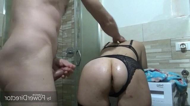 Зрелая блондинка не успела скупаться и мужик трахнул ее в ванной комнате