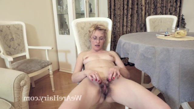 Зрелая мадам разделась и занялась мастурбацией волосатой пизды на полу