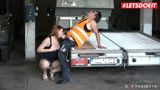 Зрелая мама ебется с автослесарем, а дочка смотрит и мастурбирует писечку