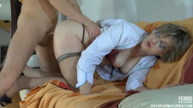 Зрелая медсестра лечит пациента исцеляющим сексом нового поколения