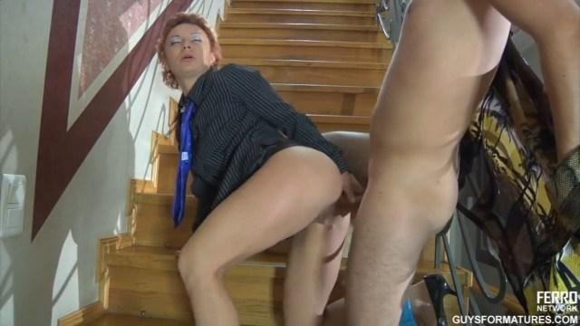 Зрелая рыжуха остановила соседа на лестнице и заставила себя трахнуть